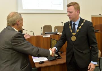 Primátorem Teplic 2. listopadu 2018 zastupitelé zvolili Hynka Hanzu z ODS (vpravo). Vystřídal svého stranického kolegu senátora Jaroslava Kuberu (vlevo), jenž stál v čele lázeňského města od roku 1994. Koalici v Teplicích vytvořila vítězná ODS s ANO. Hanza byl v uplynulém volebním období náměstkem primátora, v současnosti je také krajským zastupitelem. Koalice ANO a ODS má v 27členném zastupitelstvu 14 mandátů.