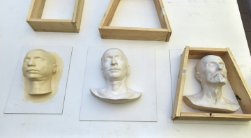 Originální posmrtná maska Milana Rastislava Štefánika pokrytá lukoprénem a kopie posmrtných masek Edvarda Beneše a Tomáše Garrigua Masaryka (zleva) v konzervátorsko-restaurátorské dílně Vlastivědného muzea v Olomouci na snímku z 5. listopadu 2018.