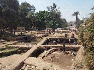 Naleziště v Káhiře, kde archeologové našli fragmenty kamenných desek s nápisy, které by mohly být staré 4000 let.