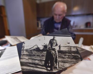 Pětaosmdesátiletý Svatopluk Jakš (v pozadí) z Budkova na Třebíčsku shromažduje a pečuje o dokumenty o československých legionářích a historii obce. Na snímku z 6. listopadu 2018 v popředí je jedna z unikátních fotografií zachycujících pobyt československých legionářů v Kanadě.