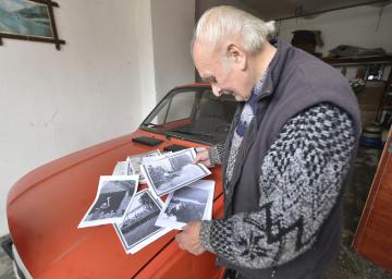 Pětaosmdesátiletý Svatopluk Jakš z Budkova na Třebíčsku shromažduje a pečuje o dokumenty o československých legionářích a historii obce. Na snímku z 6. listopadu 2018 ukazuje kopie fotografií šlechtického rodu Salmů z místního zámku.