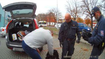 Celníci při silniční kontrole v Ústí nad Labem objevili 1,2 kilogramu kokainu (vpravo). Hodnota zajištěné drogy by na černém trhu mohla být až tři miliony korun.