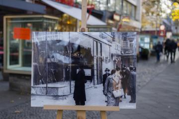 Fotografie na berlínské ulici Kurfuerstendamm zachycuje situaci na tomto místě 10. listopadu 1938 po Křišťálové noci, která se stala z 9. na 10. listopadu.