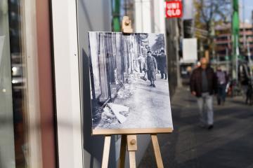 Fotografie na berlínské ulici Nuernberger Strasse zachycuje situaci na tomto místě 10. listopadu 1938 po Křišťálové noci, která se stala z 9. na 10. listopadu.