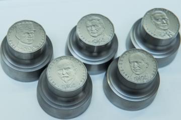 Česká národní banka (ČNB) ve spolupráci s Českou mincovnou ukázala novinářům 8. listopadu 2018 v Jablonci nad Nisou ražbu příležitostných oběžných mincí v hodnotě 20 Kč s portréty významných osobností československé měny. Na snímku jsou raznice celé edice.