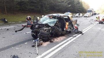 Při srážce dvou osobních aut u Číhaně na Klatovsku zemřeli 8. listopadu odpoledne dva lidé, další tři byli zraněni.