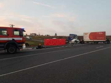 U Drhovle na Písecku se srazily 8. listopadu odpoledne dva vozy, nákladní a osobní.