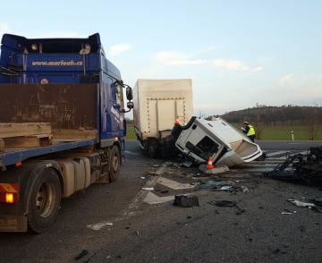 U Drhovle na Písecku se srazily 8. listopadu odpoledne dva vozy, nákladní a osobní. Na následky zranění na místě zahynuli čtyři lidé.