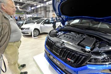 Návštěvník si prohlíží motor automobilu Škoda Kodiaq RS na výstavišti v Lysé nad Labem na Nymbursku, kde 9. listopadu 2018 začala výstava automobilů, motocyklů a jejich příslušenství Autosalon Kola 2018. Potrvá do 11. listopadu.