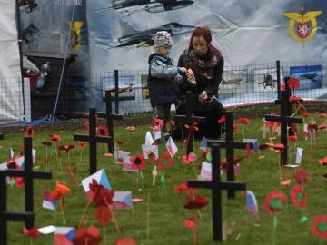 Lidé zapichovali na symbolickém hřbitově veteránů papírové květy vlčích máků a české vlaječky při Dnu válečných veteránů, který městská část Praha 2 uspořádala 9. listopadu 2018 na náměstí Míru.