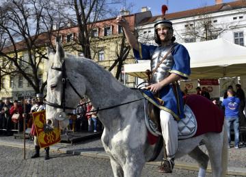 Příjezd svatého Martina na bílém koni zahájil 11. listopadu 2018 na Masarykově náměstí v Uherském Hradišti tradiční křest mladých svatomartinských vín.