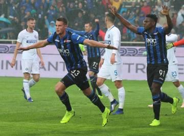 Fotbalista Atalanty Hans Hateboer (vlevo) se raduje ze svého gólu v utkání s Interem Milán. (Paolo Magni/ANSA via AP)