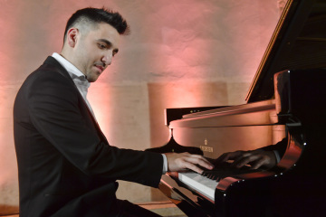 """The novel pianist and composer Tomáš Kacho opens a new piano session entitled """"Rezonance Hybents"""" on November 12, 2018 in Anežské klášter in Prague. At the concert, he sang his debut album from my home."""