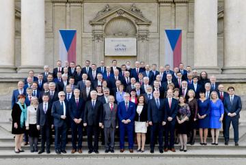 Senátoři se fotografovali na ustavující schůzi horní komory 14. listopadu 2018 v Praze.