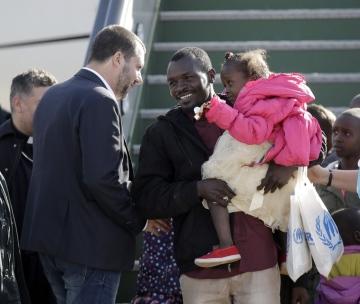 """Italský ministr vnitra Matteo Salvini (vlevo) dnes osobně přivítal 51 afrických uprchlíků, které OSN předtím evakuovala z Libye do Nigeru. Informovala o tom agentura AFP. Vicepremiér Salvini, který vede protiimigrační stranu Liga a po nástupu nové vlády prosadil tvrdou protiimigrační politiku, uvedl, že Itálie je """"hostitelskou, štědrou a solidární zemí""""."""