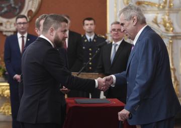 Prezident Miloš Zeman jmenoval 21. listopadu 2018 v Praze Aleše Michla (na snímku vlevo) a Tomáše Holuba členy bankovní rady České národní banky (ČNB).