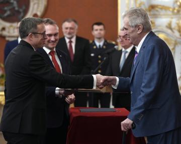 Prezident Miloš Zeman jmenoval 21. listopadu 2018 v Praze Aleše Michla a Tomáše Holuba (na snímku vlevo) členy bankovní rady České národní banky (ČNB).