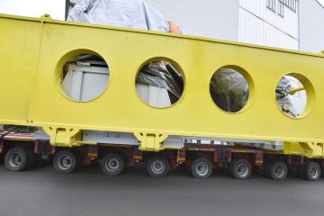 Plzeňská Doosan Škoda Power nakládala 23. listopadu 2018 k transportu parní turbínu o výkonu 150 MW pro Nigérii. Oproti běžné praxi opustí závod už smontovaná. Celá přepravní souprava (na snímku) složená z turbíny, přepravního rámu, kotvicí klece a sníženého návěsu bude mít hmotnost téměř 450 tun a podle zástupců firmy půjde o největší náklad, který se dosud po silnici v ČR přepravoval.
