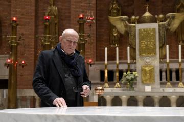 Architekt Josef Pleskot na snímku pořízeném 24. listopadu 2018 u nového oltáře v kostele Nejsvětějšího Srdce Páně od architekta Josipa Plečnika na pražském náměstí Jiřího z Poděbrad.