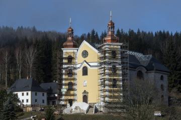V poutním kostele v Neratově v Orlických horách, který je známý prosklenou střechou, posvětili 25. listopadu 2018 dva nové zvony. Budou umístěny ve věžích, které již získaly zpět místo dočasného zastřešení původní barokní cibule.