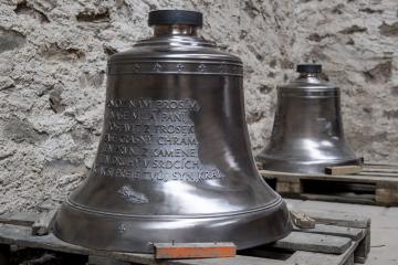 V poutním kostele v Neratově v Orlických horách, který je známý prosklenou střechou, posvětili 25. listopadu 2018 dva nové zvony. Budou umístěny ve věžích, které již získaly zpět místo dočasného zastřešení původní barokní cibule. Zvonům požehnal při mši svaté farář Josef Suchár ze Sdružení Neratov, které památku od roku 1990 opravuje.