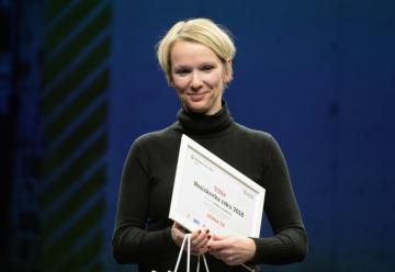 Konzultantka osvětové kampaně Magda Hrudková z organizace Debra převzala 26. listopadu 2018 v Praze cenu Neziskovka roku v kategorii Střední neziskovka.