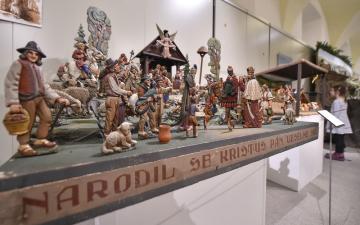 Více než 120 betlémů z různých materiálů je od 29. listopadu 2018 k vidění v konírně třebíčského zámku. Třebíč má dlouhou betlémářskou tradici spojenou s betlémy malovanými na papír a karton. I proto se muzeum letos rozhodlo dát prostor méně běžným materiálům. Betlémy zapůjčila některá muzea a soukromí sběratelé. Na snímku je betlém z Valašské Bystřice.