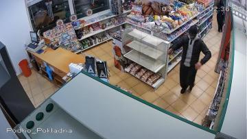 Snímek z kamerového záznamu z loupežného přepadení benzinové čerpací stanice v Nelahozevsi na Mělnicku, při němž zemřela v noci na 3. prosince její pracovnice.