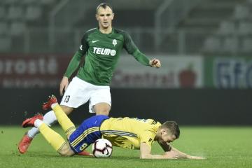 Utkáni 17. kola první fotbalové ligy FK Jablonec - Fastav Zlín 3. prosince 2018 v Jablonci nad Nisou. Pavel Vyhnal ze Zlína (dole) a David Lischka z Jablonce.