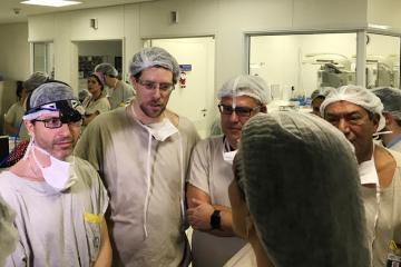 Tým lékařů z Univerzitní nemocnice v Sao Paulu, ve které se narodilo první živé dítě ženě s dělohou transplantovanou od mrtvé dárkyně. Druhý zleva je vedoucí lékař Dani Ejzenberg (snímek z 15. prosince 2017).