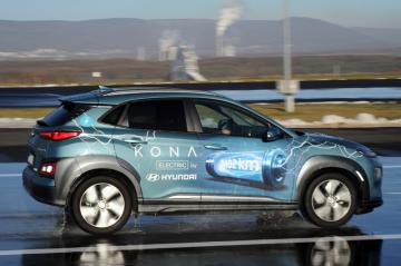 Kurzy jízdy elektromobilem začal s ohledem na růst poptávky po elektromobilech nabízet autodrom v Mostu. Jízdní vlastnosti takového vozu se částečně liší od klasického na benzinový nebo naftový pohon. Na snímku z 5. prosince 2018 je elektromobil na cvičném polygonu.