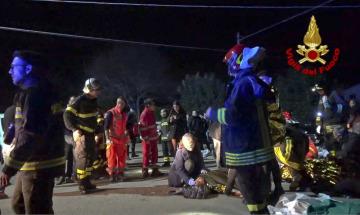 Šest lidí zahynulo a dalších 120 utrpělo zranění v davové panice, která vypukla mezi návštěvníky nočního klubu u italského přístavu Ancona.
