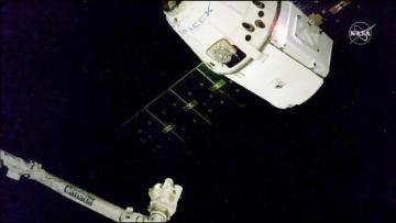Na snímku NASA se nákladní loď Dragon blíží k ISS.