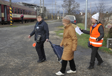 V Brně začala 9. prosince 2018 roční výluka hlavního nádraží, zároveň se změnily jízdní řády. Část spojů jezdí z dolního nádraží, posílený je také provoz v Židenicích a dalších menších stanicích. Vlaky dnes dopoledne jezdily z Brna a do Brna většinou přesně na čas, případně se zpožděním v řádu minut, výjimečně kolem čtvrthodiny. Cestujícím pomáhají s orientací informátoři v oranžových vestách. Na nádražích je množství informačních cedulí, lidé si mohou vzít také letáky. Skutečnou zatěžkávací zkouškou nového systému dopravy bude zřejmě až pondělní ranní špička. Snímek z 9. prosince 2018 je z vlakového nádraží v Brně-Židenicích, které dnes ožilo zvýšeným ruchem, když stovky cestujících řešily nové trasy.