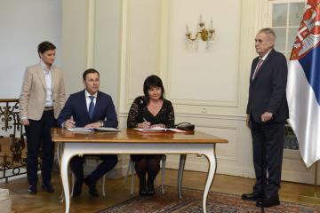 Prezident Miloš Zeman přijal 10. prosince 2018 v Lánech srbskou předsedkyni vlády Anu Brnabičovou (vlevo). V jejich přítomnosti podepsali ministryně financí Alena Schillerová a její srbský protějšek Siniša Mali dohodu, podle níž Česká republika dostane od Srbska 221,7 milionu korun za staré dluhy.