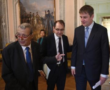 Zleva disident Petr Uhl, francouzský velvyslanec Roland Galharague a ministr zahraničí Tomáš Petříček přicházejí 11. prosince 2018 v Praze na společnou snídani, která se konala při příležitosti 30. výročí snídaně někdejšího francouzského prezidenta Françoise Mitterranda s československými disidenty.