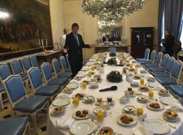 Ministr zahraničí Tomáš Petříček ukazuje novinářům stůl prostřený 11. prosince 2018 v Praze před snídaní s francouzským velvyslancem a zahraničními disidenty. Akci pořádají společně Česko a Francie při příležitosti 30. výročí snídaně někdejšího francouzského prezidenta Françoise Mitterranda s československými disidenty.