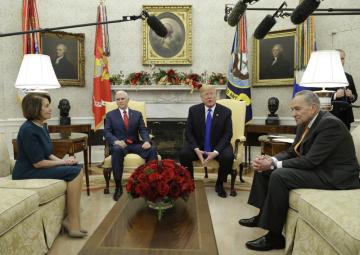 Americký prezident Donald Trump (druhý zprava) a viceprezident Mike Pence (třetí zprava) jednají v Bílém domě s šéfy parlamentních frakcí opozičních demokratů Chuckem Schumerem a Nancy Pelosiovou.