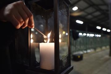Čeští skauti přivezli 15. prosince 2018 do Českých Budějovic vlakem z Rakouska betlémské světlo, jeden z novodobých symbolů vánočních svátků. Plamínek zažehnutý v jeskyni narození Ježíše Krista vyzvedli v katedrále Neposkvrněného Početí Panny Marie v Linci. Z Českých Budějovic budou betlémské světlo rozvážet do dalších míst republiky. Letos se tato tradice opakuje v Česku už potřicáté.