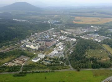 Na leteckém snímku je areál společnosti Diamo Stráž pod Ralskem, v pozadí kopec Ralsko.