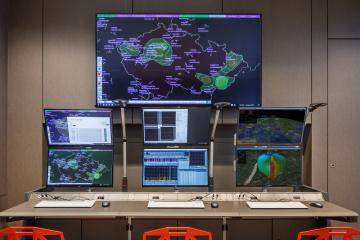 Pro lepší zácvik. Simulátor sestává z konzole VERA-NG, tedy pracoviště operátora (žáka), další konzole s editorem scénářů a 3D situačním náhledem pro instruktora (učitele), případně i jednoho přijímacího modulu pro zpracování signálů reálného prostředí. K tréninku je možné použít data z předpřipravených scénářů nebo data z jedné přijímací stanice.