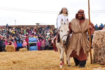 V měřínském betlémě nechyběl 24. prosince 2018 oslík, na němž vezl Josef svou ženu Marii do Betléma.