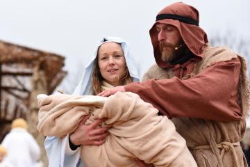 Marie s Josefem, které si zahráli manželé Jílkovi, a právě narozeným Ježíškem nechyběli 24. prosince 2018 před jesličkami v měřínském betlémě.