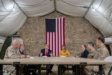 Americký prezident Donald Trump s manželkou Melanií dnes nečekaně přiletěli do Iráku, aby poděkovali americkým vojákům, kteří tam slouží.