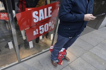 Až na poloviční slevy lákal plakát ve výloze obchodu v centru Prahy 27. prosince 2018, kdy začala hlavní vlna povánočních výprodejů. Slevové akce, pomocí kterých se obchodníci snaží opět přilákat zákazníky do prodejen a zbavit se zbývajících zásob sezonního zboží, budou pokračovat i v následujících dnech.