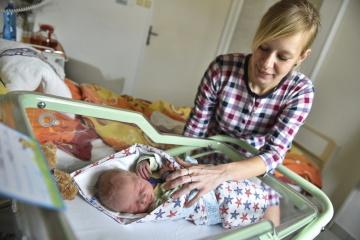 Prvním letošním dítětem narozeným v nemocnicích na jihu Čech a zároveň v České republice je chlapec Tomáš. Narodil se 1. ledna 2019 v nemocnici Písek minutu po půlnoci. Váží 3700 gramů, měří 51 centimetrů. Na snímku vpravo je jeho matka Hana Konopíková.