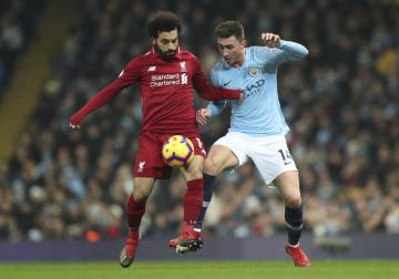 Fotbalista Liverpoolu Muhammad Salah (vlevo) a Aymeric Laporte z Manchesteru City v utkání anglické ligy.
