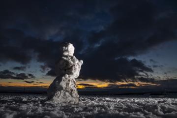Zimního táboření na vrchu Zvičina u obce Třebihošť na Trutnovsku se 5. ledna 2019 zúčastnila téměř dvacítka lidí. Většina z nich spí ve stanech na zasněžené Zvičině v nadmořské výšce 671 metrů. Na snímku je pohled z vrcholu Zvičiny na západ slunce.