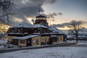 Zimního táboření na vrchu Zvičina u obce Třebihošť na Trutnovsku se 5. ledna 2019 zúčastnila téměř dvacítka lidí. Většina z nich spí ve stanech na zasněžené Zvičině v nadmořské výšce 671 metrů. Na snímku je Raisova turistická chata na vrcholu Zvičiny.