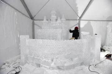 Řezbář Ondřej Procházka dokončoval 9. ledna 2019 na Pustevnách na Vsetínsku ledovou sochu hradu. Díla budou pro veřejnost k vidění od 12. ledna na festivalu Ledové Pustevny. Přehlídka potrvá do 27. ledna.